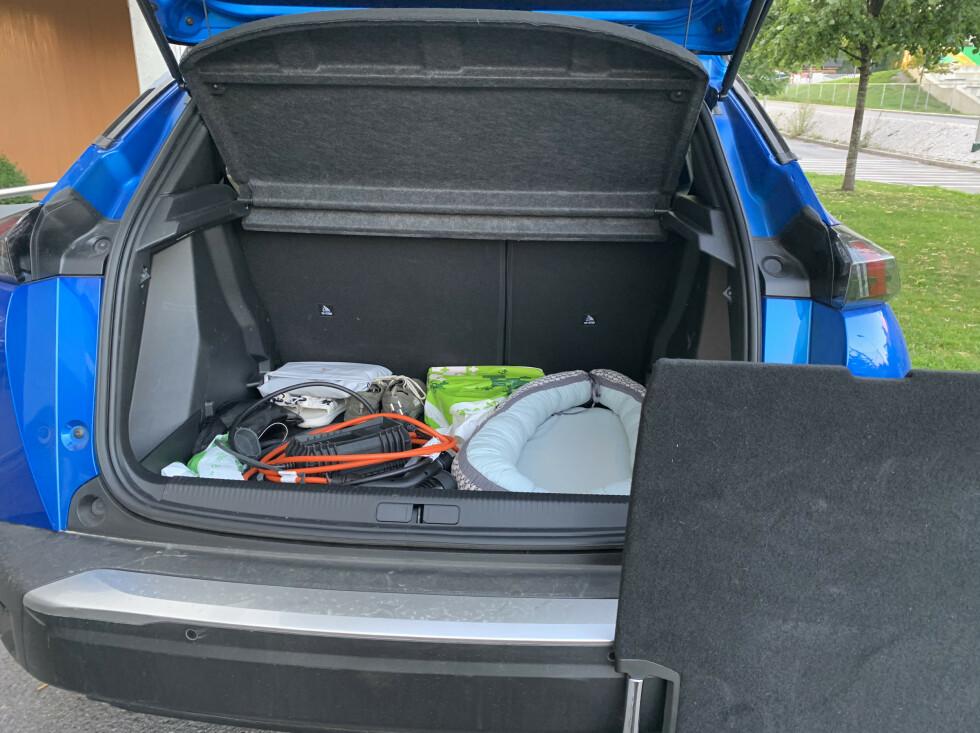 For å få de lovede literne må du fjerne plata som er i bagasjerommet. Den er der for å rette ut gulvet, når baksetene legges ned. Foto: Øystein B. Fossum