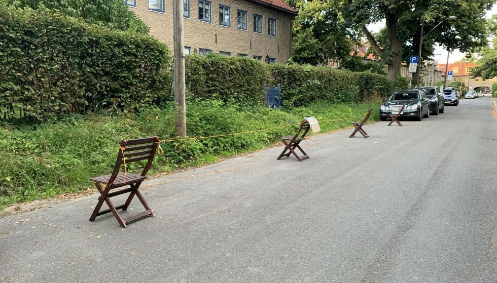IKKE LOV: Slik så det ut i Tore Hunds vei i Grünerløkka bydel i Oslo tidligere i august. Behovet er nok der, men det er altså ikke tillatt å holde av parkering på denne måten. Foto: Øystein B. Fossum
