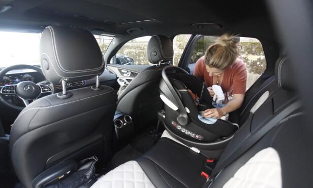 PLASS: Nyfødt-barnestoler (bildet) er logisk nok litt mindre enn de som er laget for eldre barn. Dermed blir det også mer plass til passasjeren foran. Foto: Øystein B. Fossum