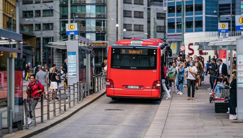 SMITTE PÅ REISEN? Ved en eventuell smittesporing lønner det seg å ha notert ned hvor man har vært. Her fra Jernbanetorget i Oslo. Foto: NTB Scanpix
