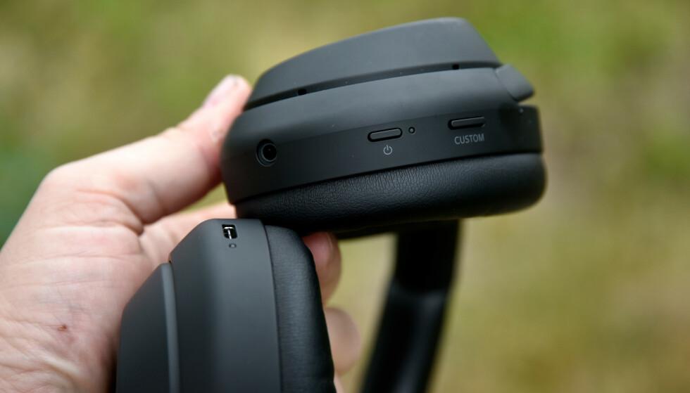 TO KNAPPER: Custom-knappen kan du enten bruke til stemmeassistent, eller for å regulere støyreduksjonen, men du får ikke gjort begge deler direkte på øret. Foto: Pål Joakim Pollen
