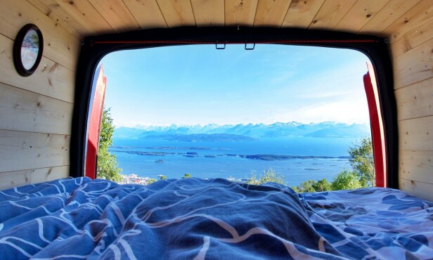 IDYLL: Norge har flott utsikt å by på. Husk at jo flere vinduer, jo flere man har, desto koseligere blir det, men samtidig mer blir det å skjerme for lyset når du skal sove. Foto: Henrik Sæther Sørheim.