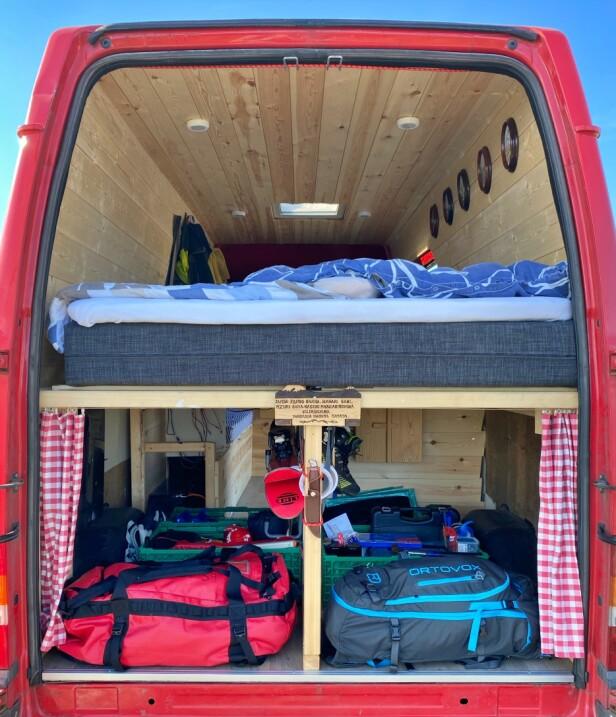 TODELT: Det er vanlig å heve senga i varerommet for å kunne lage stort bagasjerom under. Er man smart, kan man få en svært ryddig bobil. Foto: Henrik Sæther Sørheim