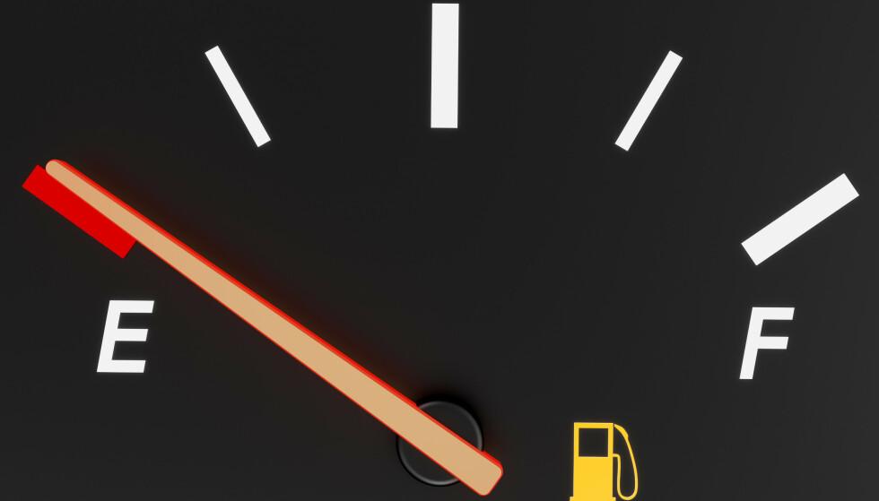 BENSINLAMPE-RULETT: Selv om undersøkelsen viser at bilen skal kunne klare ti mil på «reserven», er det ingen grunn til å ta sjansen. Moralen må bli: Tank i tide. Foto: Colourbox.