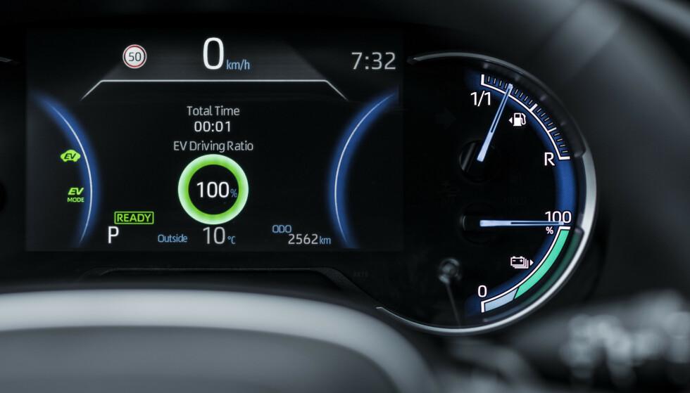 """TO MÅLERE: Nå har også RAV4 to """"tankmålere"""". Den nederste får trolig kjørt seg mest. Foto: Toyota."""