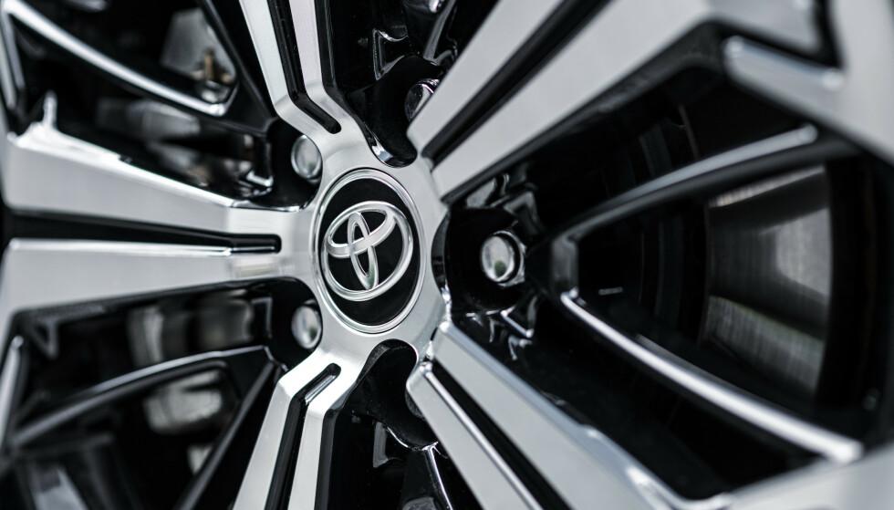 STANDARD: 19-tommere er tilgjengelig på den dyreste modellen med tofarget lakk. Foto: Toyota