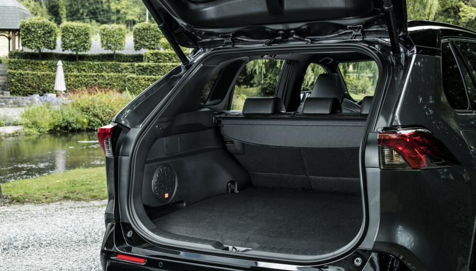 LITT HØYERE: Du får en kant på 3,5 cm og en liten dump ned i forkant når du legger ned setene, men bagasjerommet er fortsatt på 520 liter. 490 av dem over gulvet. Foto: Toyota