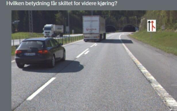 ALTERNATIVER A)Trafikken fra sideveien har vikeplikt B)Kjørefeltet slutter og jeg må skifte felt C)Veien fra høyre fortsetter i eget kjørefelt D)Jeg må forvente fletting med trafikk fra sideveien