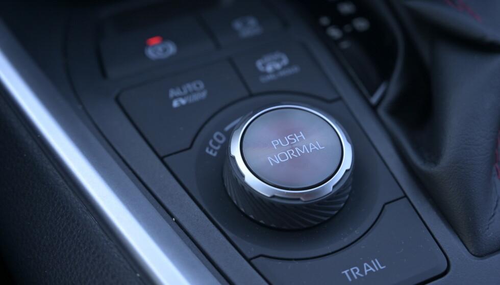 LIGG UNNA: Du kan velge mellom fire kjøreprogrammer, men det beste er å la bilen foreta valgene for deg. TRAIL-knappen trykker du inn når du skal dit ingen kunne tru at nokon kunne bu. Da sørger elmotoren bak og bremsene for at du kommer frem på de vanskeligste stedene. Foto: Rune M. Nesheim