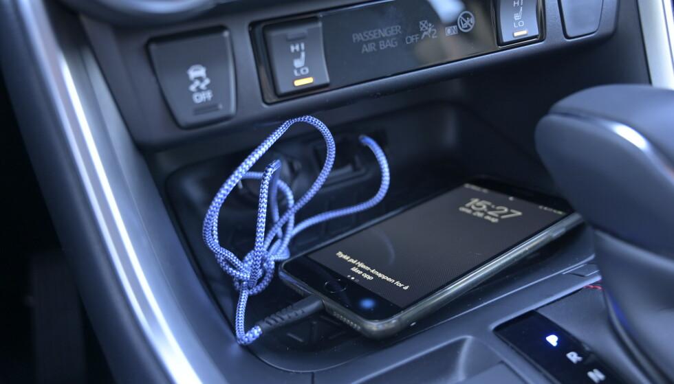 LEDNING: Det er ikke mulighet for induksjonslading og Apple Carplay kobles til med ledning, ikke via Bluethooth. Kjøling av seter er heller ikke tilvalg. Foto: Rune M. Nesheim.