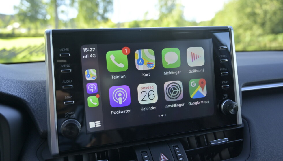 STOR SKJERM: Den er utstyrt med størst tilgjengelig skjerm (9-tommer) men den mangler navigasjon. Det er ikke så farlig når man har Apple Carplay og Android Auto. Høyttalerne er ikke for hifi-entusiastene. Foto: Rune M. Nesheim
