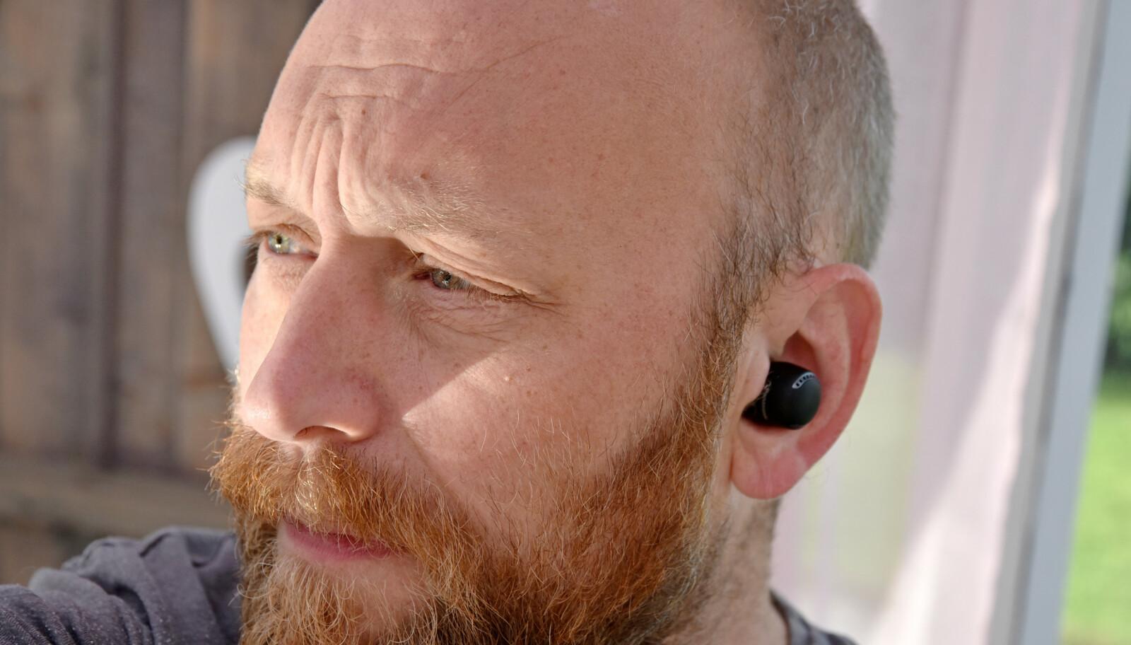 SYNES GODT: Panasonic RZ-S500W-proppene stikker godt ut av øret, men sitter godt, selv uten vinger. I pakken får du med fem par øretupper i ulike størrelser. Foto: Pål Joakim Pollen