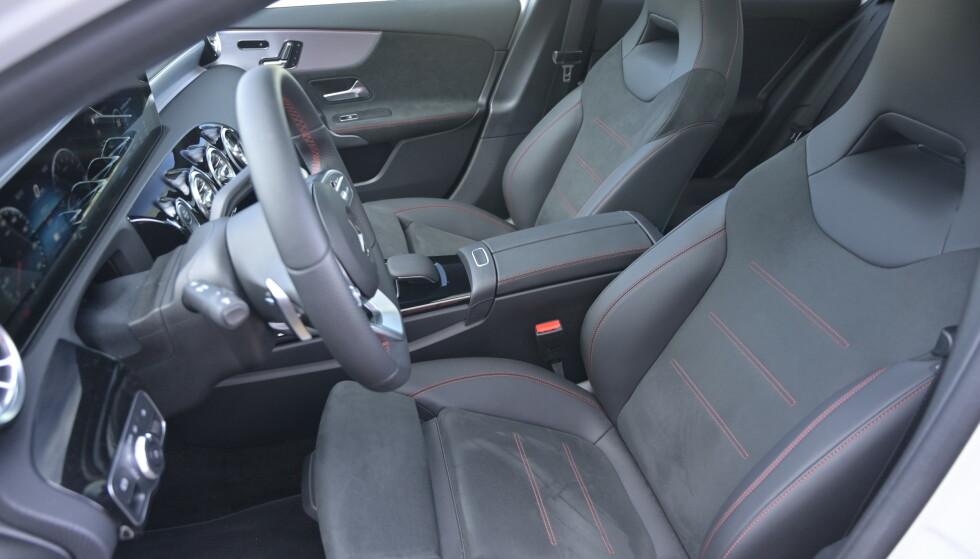 SPORTSSTOLER: I vår bil er det full AMG-pakke med elektriske stoler med korsryggstøtte, høye nakkestøtter og uttrekk på putene. Her sitter du godt. Foto: Rune M. Nesheim