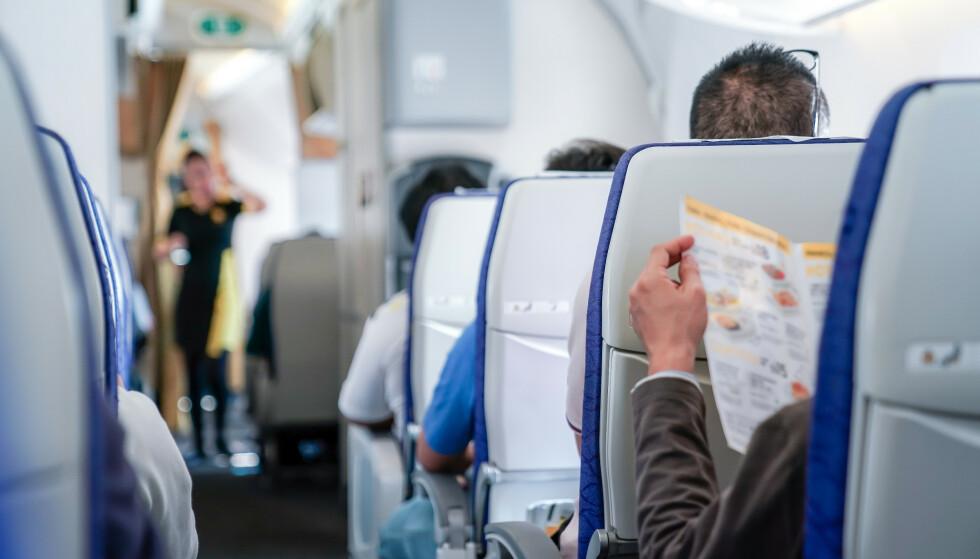 BOARDING COMPLETED: Når du er på flytur må du sitte i setet ditt store deler av overfarten - ved siden av de andre på seterekka di. Hvor mye skal til for å få bytte sete hvis «naboene» ikke er til å holde ut? Les saken for å få svar. Foto: Shutterstock/NTB Scanpix.