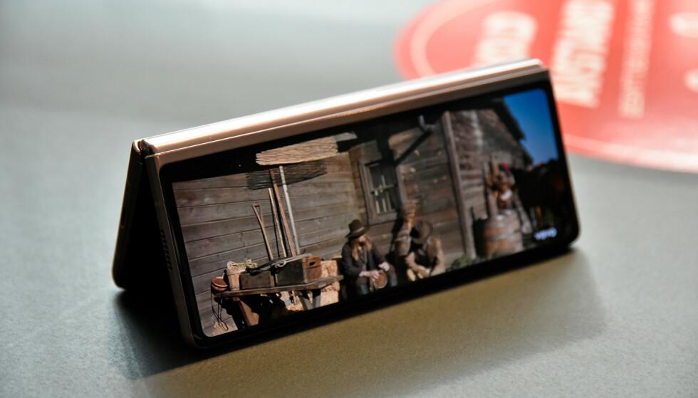 TELT: Du kan også sette telefonen som et telt og se videoer på frontskjermen, for eksempel. Foto: Pål Joakim Pollen