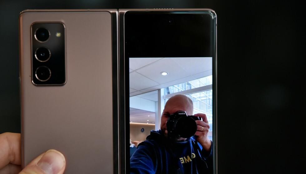 SMART: Nå kan den du tar bilde av med bakkameraet se sin egen positur. Foto: Pål Joakim Pollen