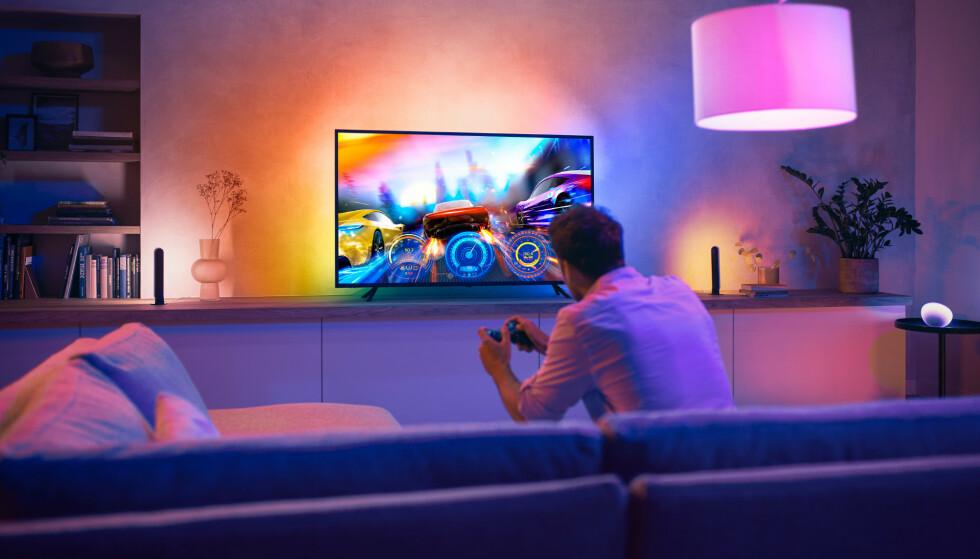 FOR ALLE: Med Philips Hues nye lysstripe kan du få ambilight på alle TV-er, selv om de ikke er laget av Philips. Foto: Signify