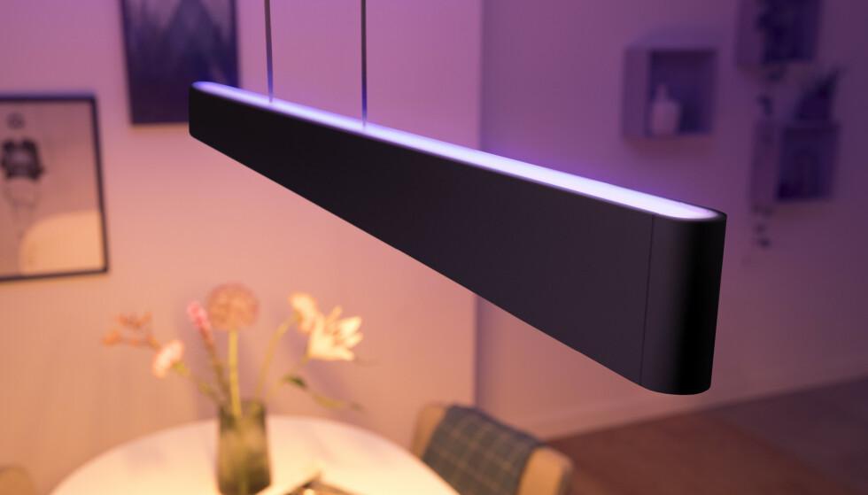 SVART PENDELLAMPE: Philips Hue Ensis kommer nå også i en svart utgave. Foto: Signify