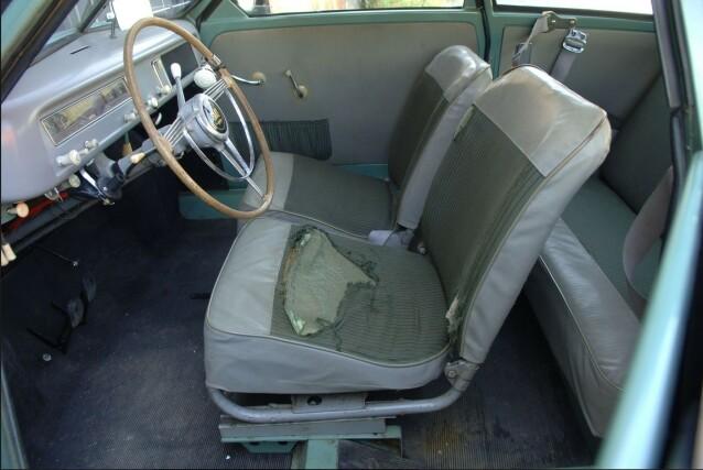 SLITEN: Bilen er godt brukt, med blant annet setetrekk som er utslitt. For en entusiast kan dette likevel være en spennende del av bilens historien. Foto: Bilwebauctions