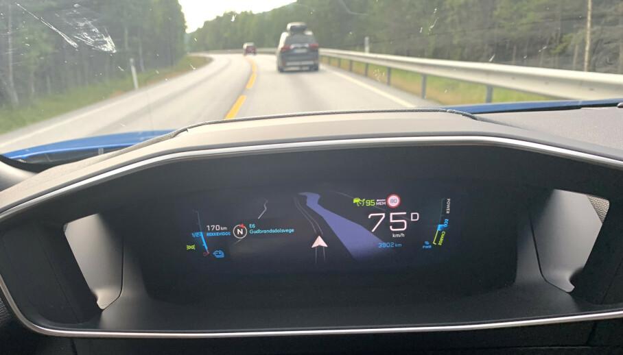 SKILTGJENKJENNER: Flere og flere biler kan nå lese fartsgrensen for deg (se fartsgrenseskilt 80 på dashbordet) - men erfaring tilsier at de ofte viser feil. Foto: Øystein B. Fossum