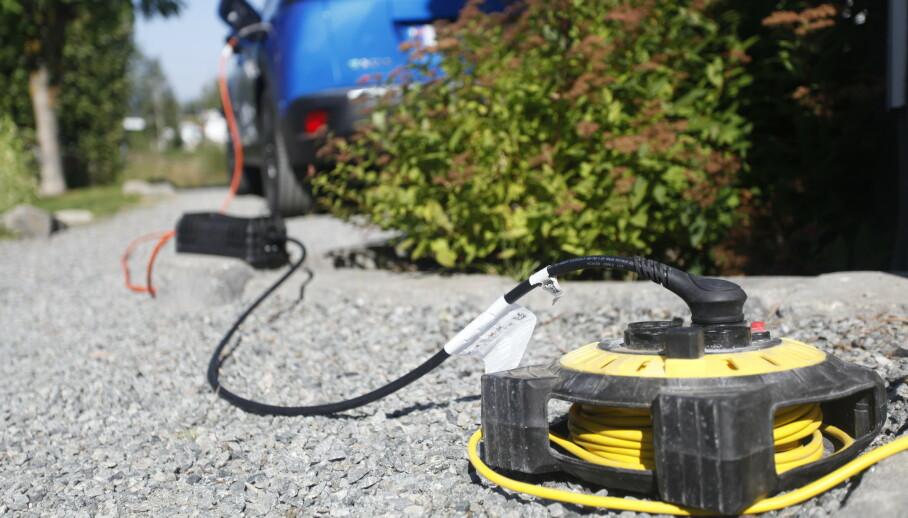 VIL IKKE LADE: Det kan være farlig å lade elbilen via en skjøteledning. Heldigvis er laderen ofte intelligent nok til å stoppe prosessen selv. Foto: Øystein B. Fossum