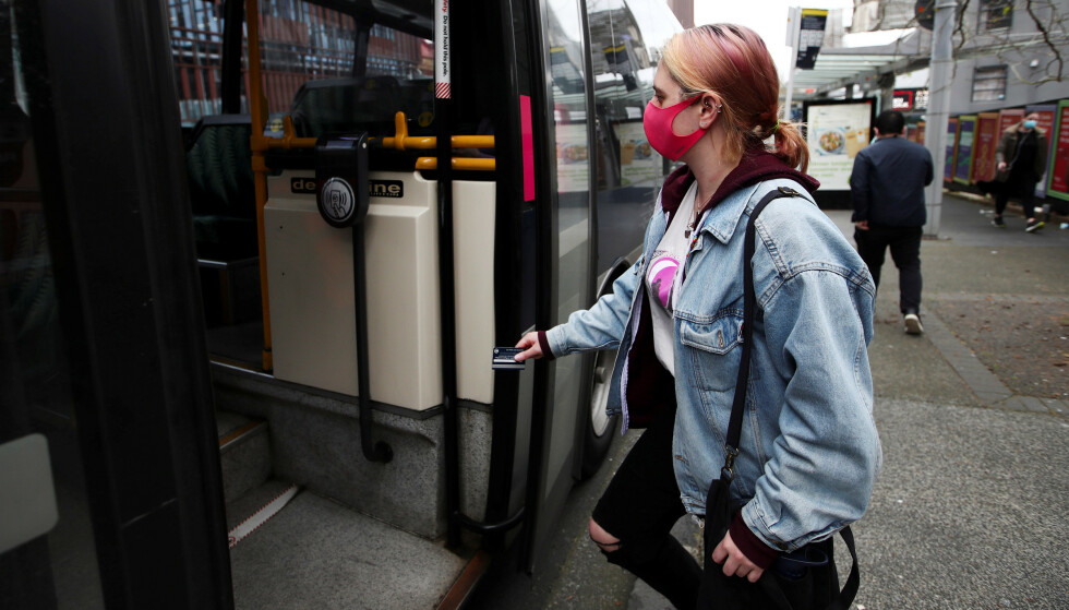 FORLENGER: Regjeringen har valgt å forlenge anbefalingen om å bruke munnbind i Oslo. Foto: Reuters/Fiona Goodall/NTB Scanpix