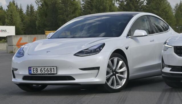 BLITT NORMAL: Vi har klart å venne oss til at biler ikke lenger har grill. Model 3 er ikke like harmonisk i designen som storebror S. Foto: Rune M. Nesheim