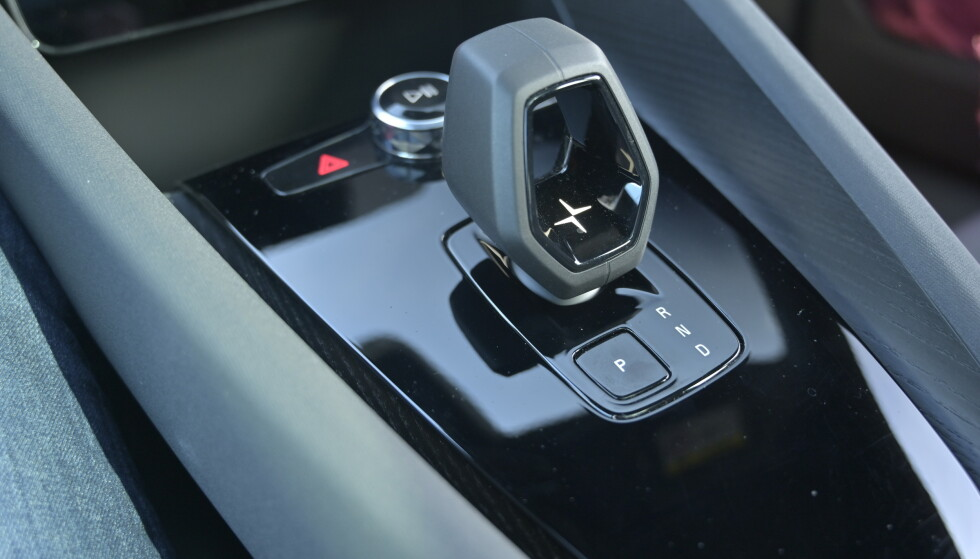 START OG KJØR: Trekk spaken i Drive, så er du i gang. Trykk på P når du forlater bilen. Enklere enklere enn en sparkesykkel. Foto: Rune M. Nesheim