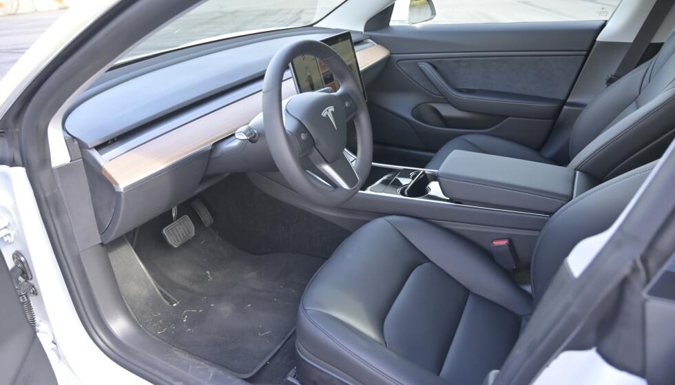 RENT: Det ser nesten ut som man mangler noe når man kommer inn i Tesla. Det er vanskelig å gjøre det renere enn dette. Selv ventilasjonsdysene er gjemt. Foto: Rune M. Nesheim