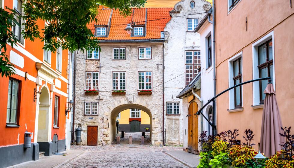 LAV SMITTE: Latvia er landet i Europa med minst smitte. Siden fredag er det derimot blitt vanskelig for nordmenn å besøke landet, her fra gamlebyen i Riga. Foto: NTB Scanpix