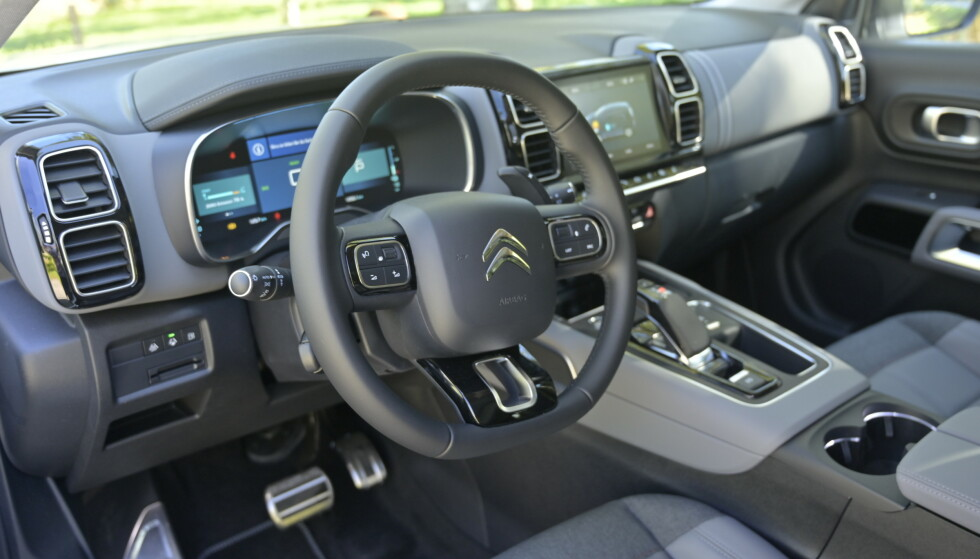 <strong>ALT DIGITALT:</strong> Interiøret har leken og utradisjonell design, med mindre du er vant med Citroën fra før. Linjer og materialvalg gjør at man får et streif av luksusfølelse. Det er få knapper i dashbordet. Det meste styres nemlig fra skjermen. Det er mange menyer under innstillinger, men mange av de har få valg under seg. Radioens kanal- og favorittliste betjenes forholdsvis enkelt fra rattet. Foto: Rune M. Nesheim