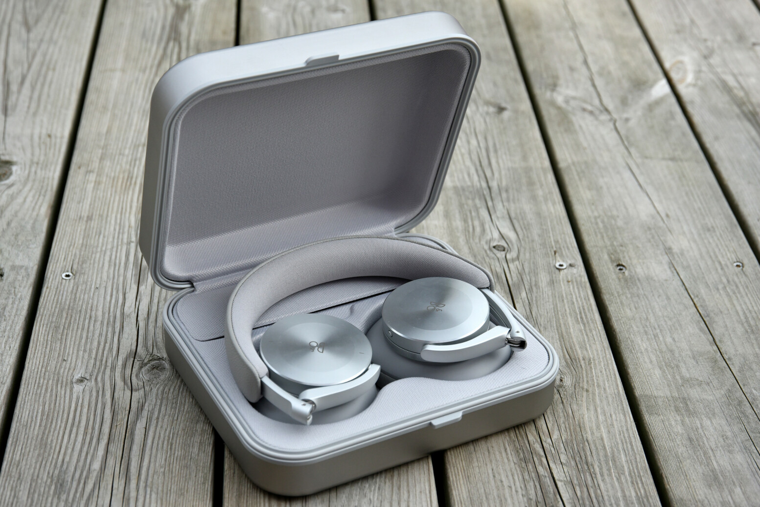 DELIKAT: B&O H95 kommer med et metalletui som virker å beskytte dem godt når de ikke er i bruk. Foto: Pål Joakim Pollen