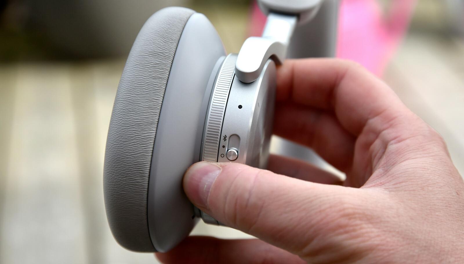 ELSK: Et slik mekanisk hjul finner du på begge klokkene - den høyre styrer volumet og den venstre graden av støydemping/innslipp av lyd. Foto: Pål Joakim Pollen