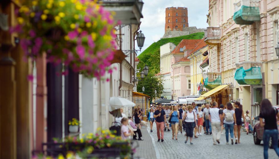 SELVISOLERING: Fra mandag denne uken må nordmenn som reiser til Litauen, selvisolere seg i fjorten dager. Her fra hovedstaden Vilnius. Foto: NTB Scanpix