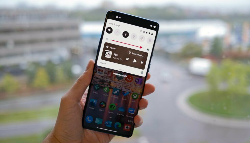 LANSERT: Her kjører vi Android 11 på OnePlus 8 Pro, som er blant de første telefonene som har fått den siste oppdateringen. Foto: Martin Kynningsrud Størbu