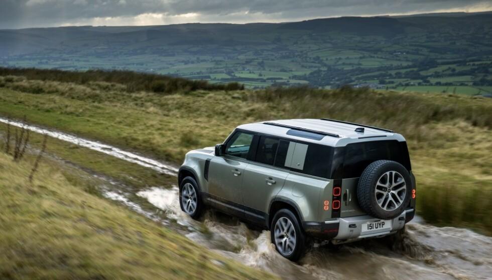«UTEN LYD»: Importøren mener Land Rover Defender P400e kan kjøre offroad uten å bråke. Foto: Land Rover