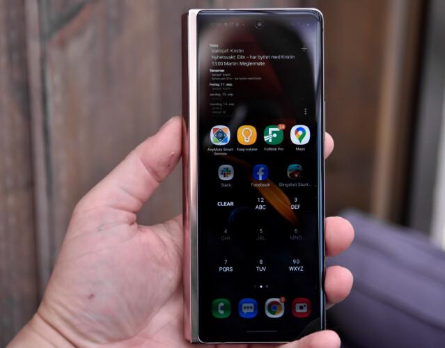 <strong>SLANK:</strong> Med skjermaspekt på 25:9 er Galaxy Z Fold 2 ganske slank når du holder den i sammenbrettet tilstand. Foto: Pål Joakim Pollen