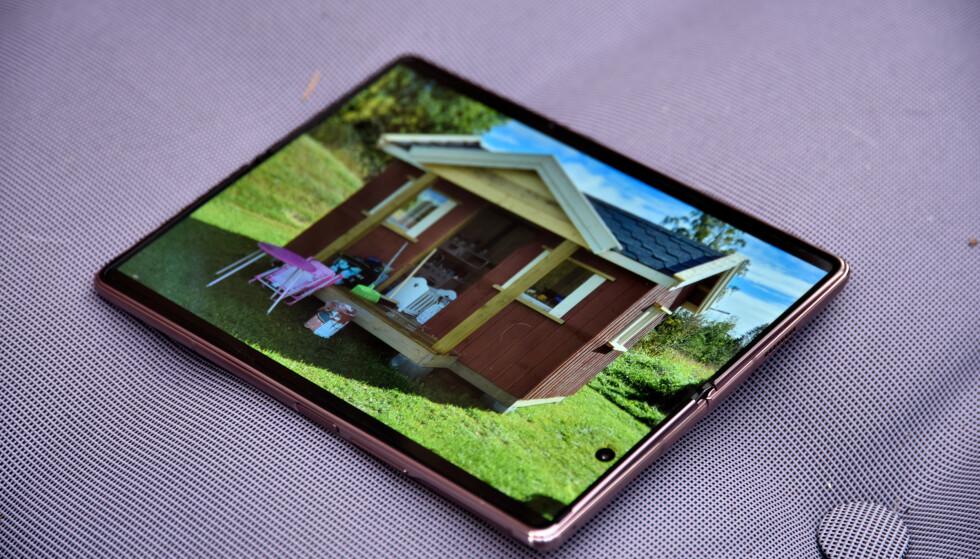 STORE BILDER: Siden de fleste kameraer knipser bilder i 4:3-format, dekker de nesten hele skjermen på Galaxy Z Fold 2 når du titter på dem. Foto: Pål Joakim Pollen