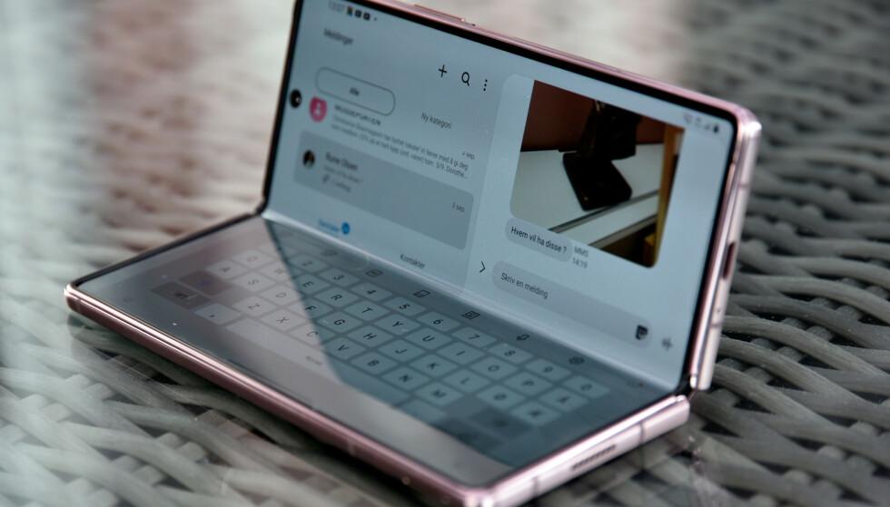 FLEX MODE: Meldingsappen er en av mange som støtter den nye flex-modusen, der vi får tastaturet mot bordet og innholdet som om det var en laptop. Foto: Pål Joakim Pollen