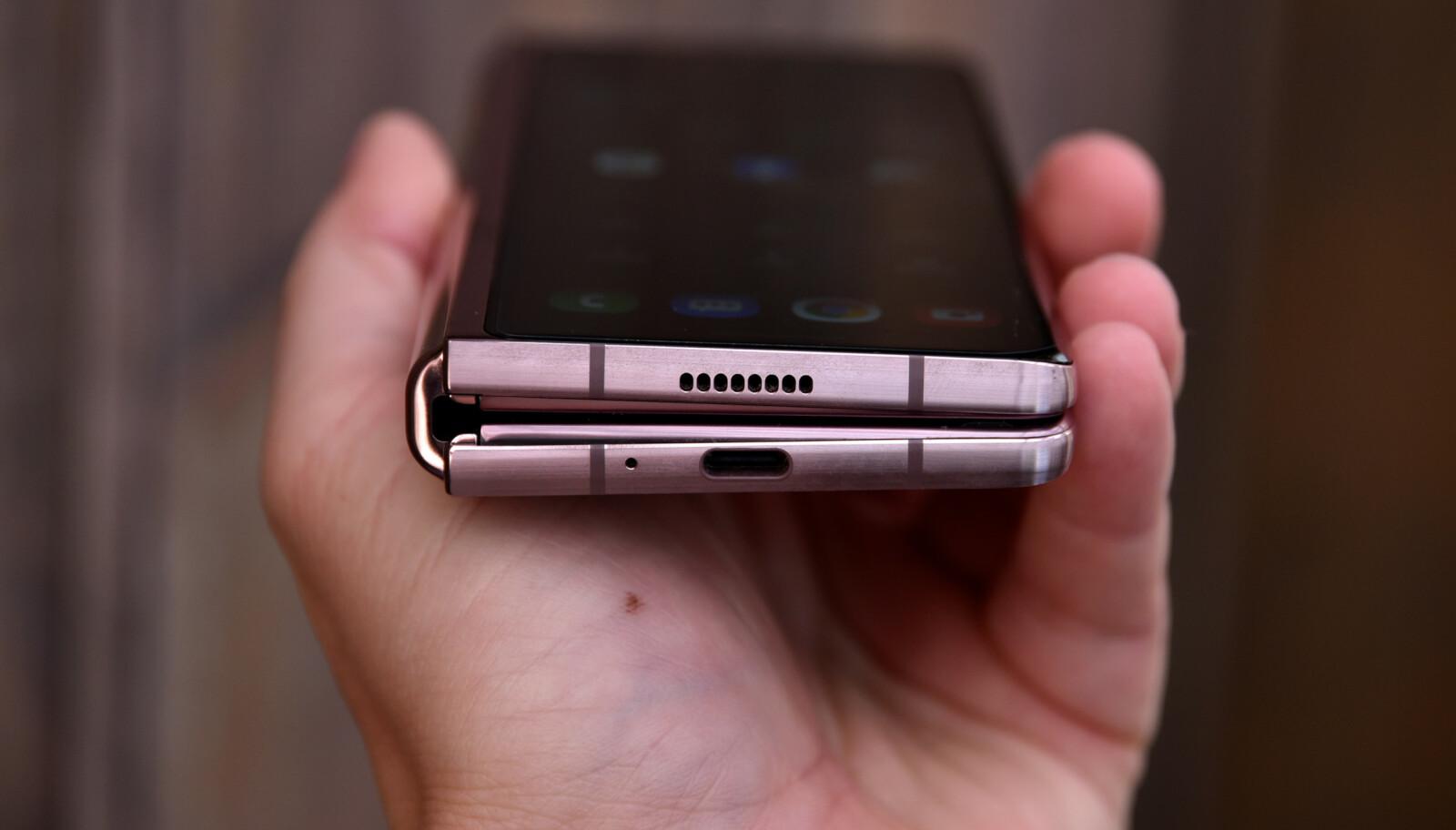 <strong>NYTT HENGSEL:</strong> Ikke bare gjør det nye hengselet at telefonen kan stå som en bærbar PC - det har også ekstra beskyttelse mot at det kommer ting som sand og den slags inn mot den indre skjermen. Foto: Pål Joakim Pollen