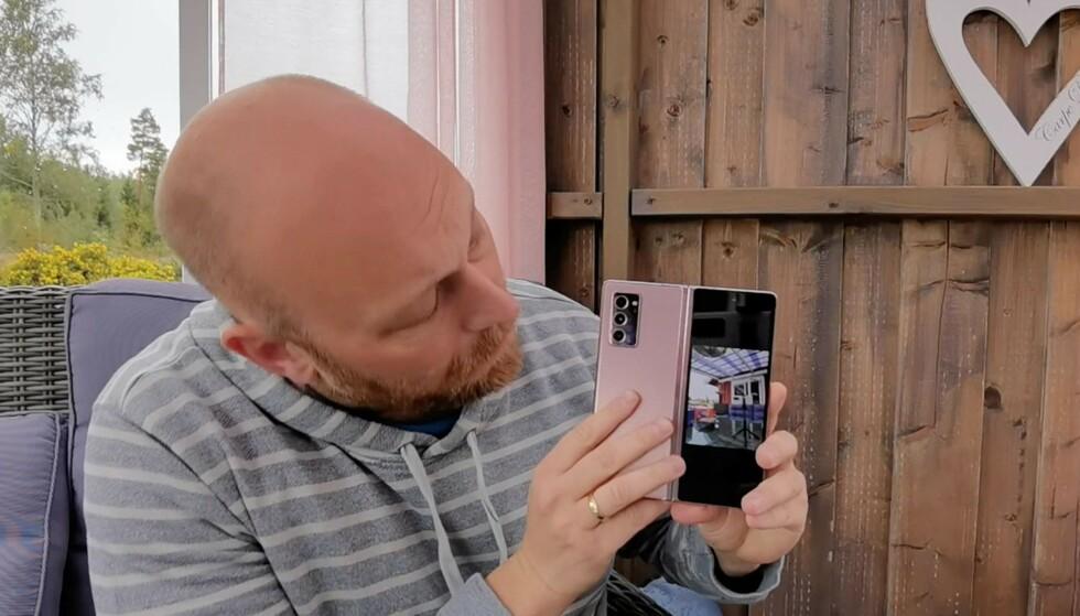 SKJERM BAK: Ved å trykke på en knapp i kameraappen, kan de du tar bilder av se sin egen positur. Eller du, da, om du velger å bruke dette som en selfie-løsning. Foto: Pål Joakim Pollen