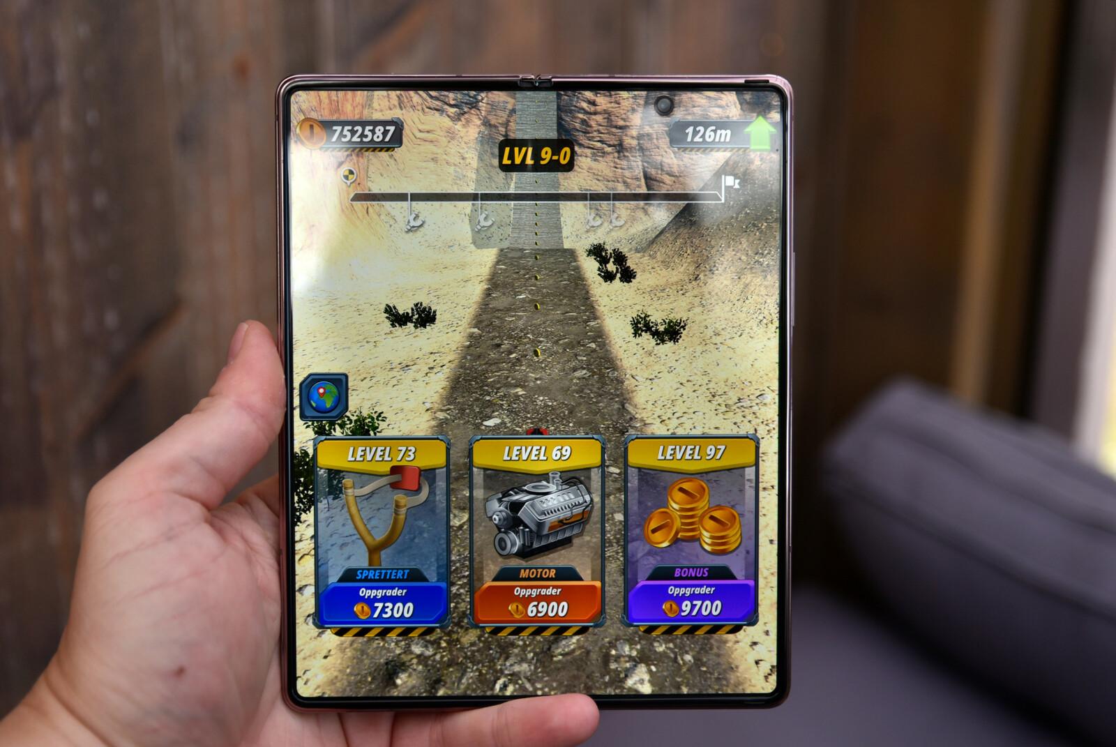 Samsung Galaxy Z Fold 2 er en fryd å spille på. Foto: Pål Joakim Pollen