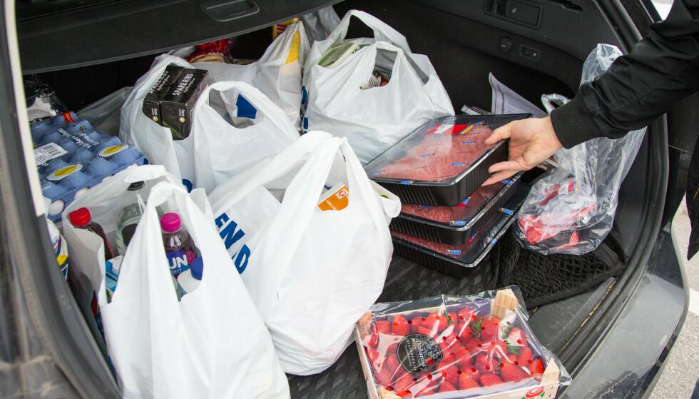 PLASTPOSE-AVGIFT: Siden 1. mai tar svenskene en avgift på plastposene som gir en stykkpris på 7-8 kroner per plastpose. Foto: NTB Scanpix