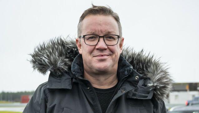 – GRUNN TIL DET: Stian Gihle, PR- og informasjonsansvarlig for Peugeot i Bertel O. Steen, forklarer at det er mer jobb å fikse nye bilnøkler enn hva folk flest skulle tro. Foto: Dinside