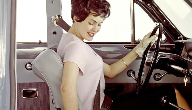 DET VAR EN GANG: på 50- og 60-tallet var det ikke stort fokus på bilsetene. En del bilprodusenter begynte imidlertid å bli opptatt av sikkerheten til fører og passasjer. I 1959 kom trepunktsbelter først i Volvo. Foto: Volvo