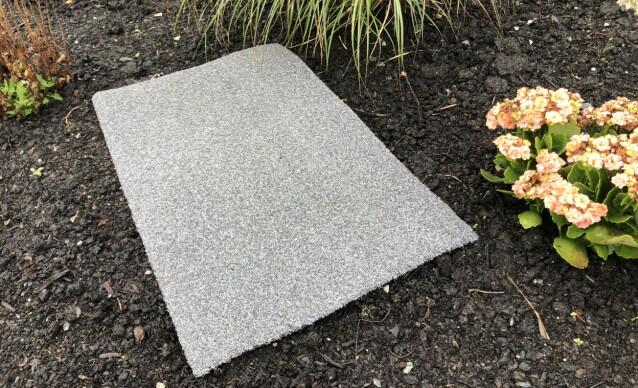 LA DEN LIGGE: La matten ligge i hagen noen uker gjennom høsten, og sjekk under den ved jevne mellomrom. Når sneglene samler seg opp, er det bare til å plukke i vei. Foto: Linn Merete Rognø.