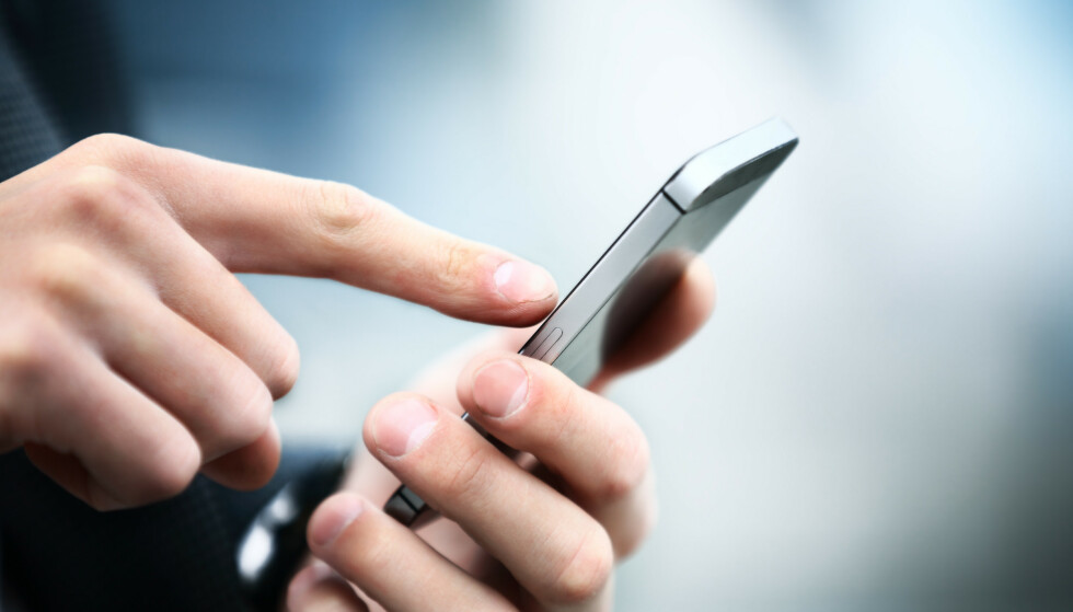 <strong>ADVARER:</strong> Fire av ti har mottatt falske SMSer det siste året. – Vi må lære oss ikke å stole blindt på hvem som dukker opp som avsender av en SMS, sier cyberekspert. Foto: Shutterstock/NTB scanpix
