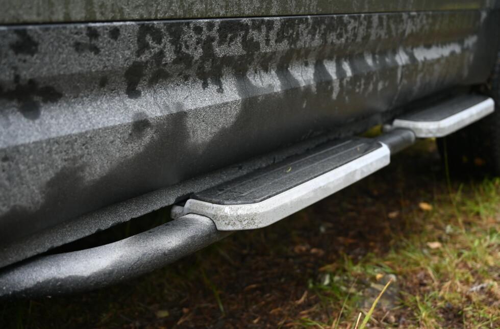 BESKYTTELSE: Bilen er ikke så høy at man trenger stigtrinn, men de kan i det minste beskytte kanalen en smule.  Foto: Rune M. Nesheim