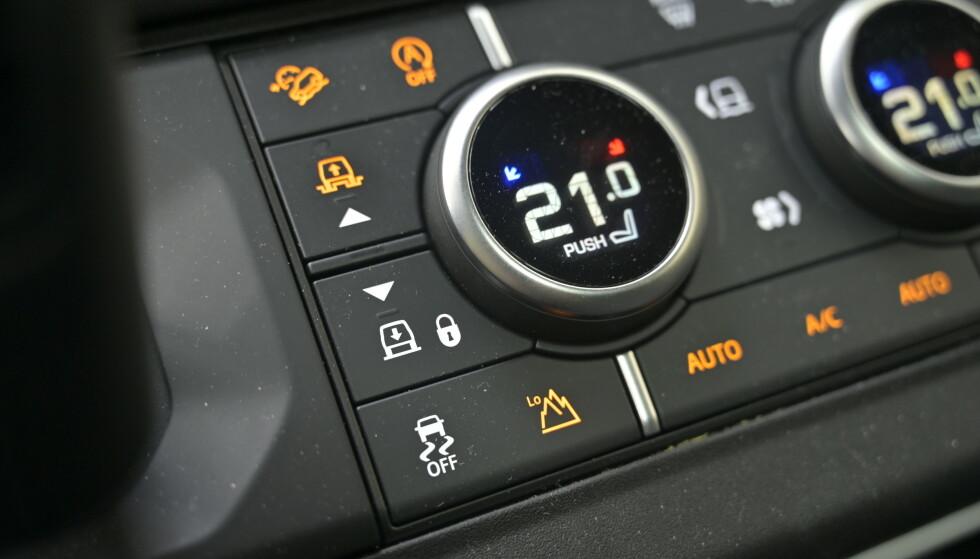 <strong>HØYT OG LAVT:</strong> I dashbordet finner man alle trylleknappene. Det er egne knapper for senking og heving av kasosseriet, lavserie og fartsholder for terreng. Knappen over vifta, gjør om venstre vrihjul for temperatur til valgomat for hvilke kjøreprogram man ønsker å bruke. Foto: Rune M. Nesheim