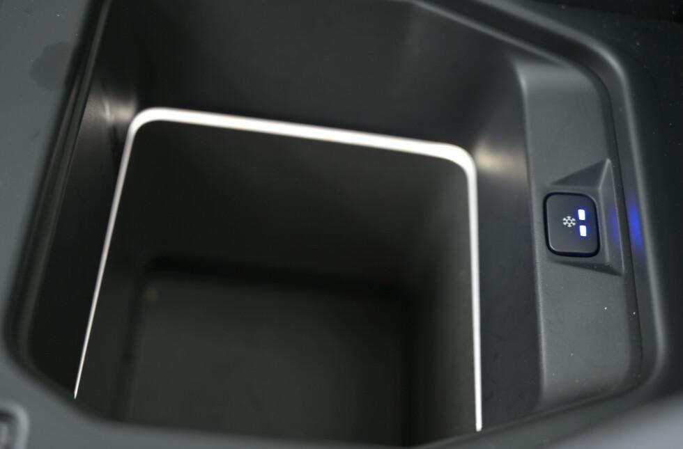 <strong>KJØLEBOKS:</strong> Under armlenet er det en stor kjøleboks på vår testbil. Foto: Rune M. Nesheim